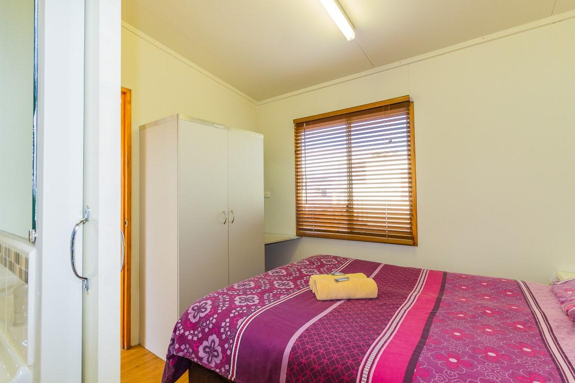 one bedroom bungalow riverside park cabins caravans camping. Black Bedroom Furniture Sets. Home Design Ideas
